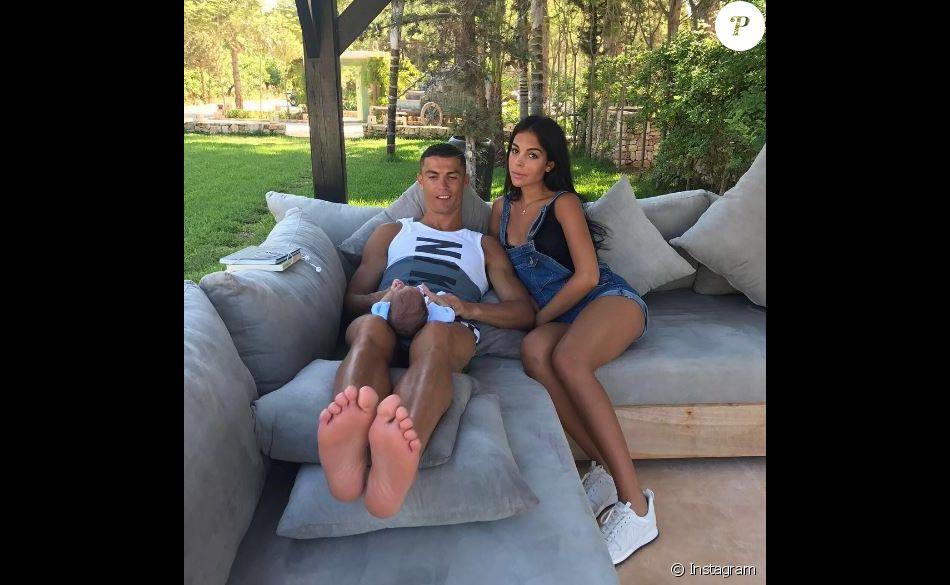 Cristiano ronaldo pose avec sa compagne georgina que l 39 on for Coupe de cheveux de cristiano ronaldo de dos