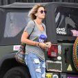 Exclusif - Paris Jackson achète de l'eau et des cigarettes pendant que son manager Tom Hamilton met de l'essence dans la voiture à Hollywood, le 27 mai 2017.