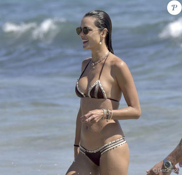Alessandra Ambrosio et son compagnon Jamie Mazur se baignent à Ibiza le 9 juillet 2017.