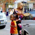 Blac Chyna (les cheveux blonds) est allée diner avec son coiffeur Kellon Deryck et son fils King Cairo au restautant Benihana à Los Angeles, le 8 juillet 2017