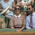 Pippa Middleton (en robe Self Portrait) et son frère James Middleton au tournoi de tennis de Wimbledon à Londres, le 5 juillet 2017.