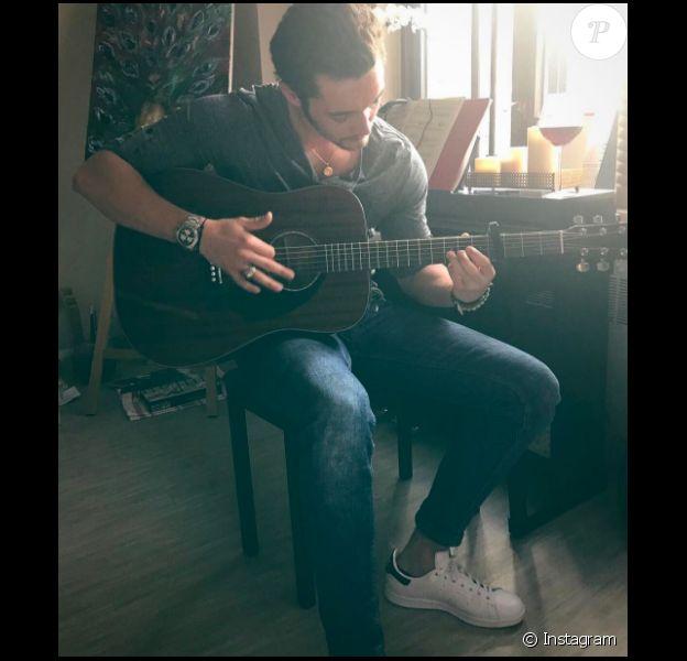 Louis Sarkozy à la guitare le 9 juillet 2017
