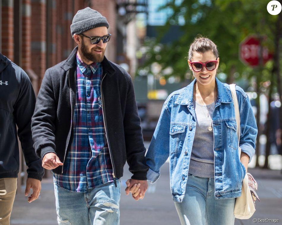 Justin Timberlake avec sa femme Jessica Biel se promènent main dans la main dans les rues de New York le 17 mai 2017
