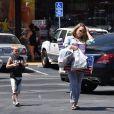 Hilary Duff fait du shopping avec son fils Luca à Sherman Oaks, le 3 juillet 2017