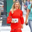 """Hilary Duff dans une robe orange sur le tournage d'une scène de la série """"Younger"""" à New York City, New York, Etats-Unis, le 13 juin 2017."""