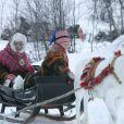 """Mette-Marit se laisse tracté par des rennes, qui ont un """"musher"""" de choix en la personne de son fils Marius"""