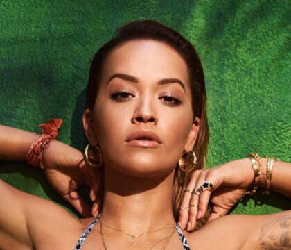 Rita Ora : Ultra sexy dans son itsy bitsy bikini rouge écarlate