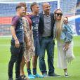 Neymar Jr entouré de son ami Jô Amancio, sa mère Nadine Gonçalves, son père Neymar da Silva Sr et sa soeur Rafaella Beckran au Parc des Princes. Le 4 août 2017 © Veeren / Bestimage