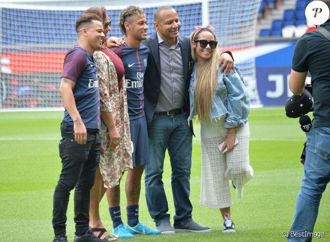 Neymar Jr entouré de son ami Jô Amancio, sa mère Nadine ...