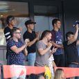 Neymar Jr entouré de son père Neymar da Silva Sr et de son ami Jô Amancio regardant depuis les tribunes le premier match de la saison 2017-2018 de Ligue 1 Paris Saint-Germain (PSG) contre Amiens (ASC) au parc des princes à Paris, le 5 août 2017.© Giancarlo Gorassini/Bestimage