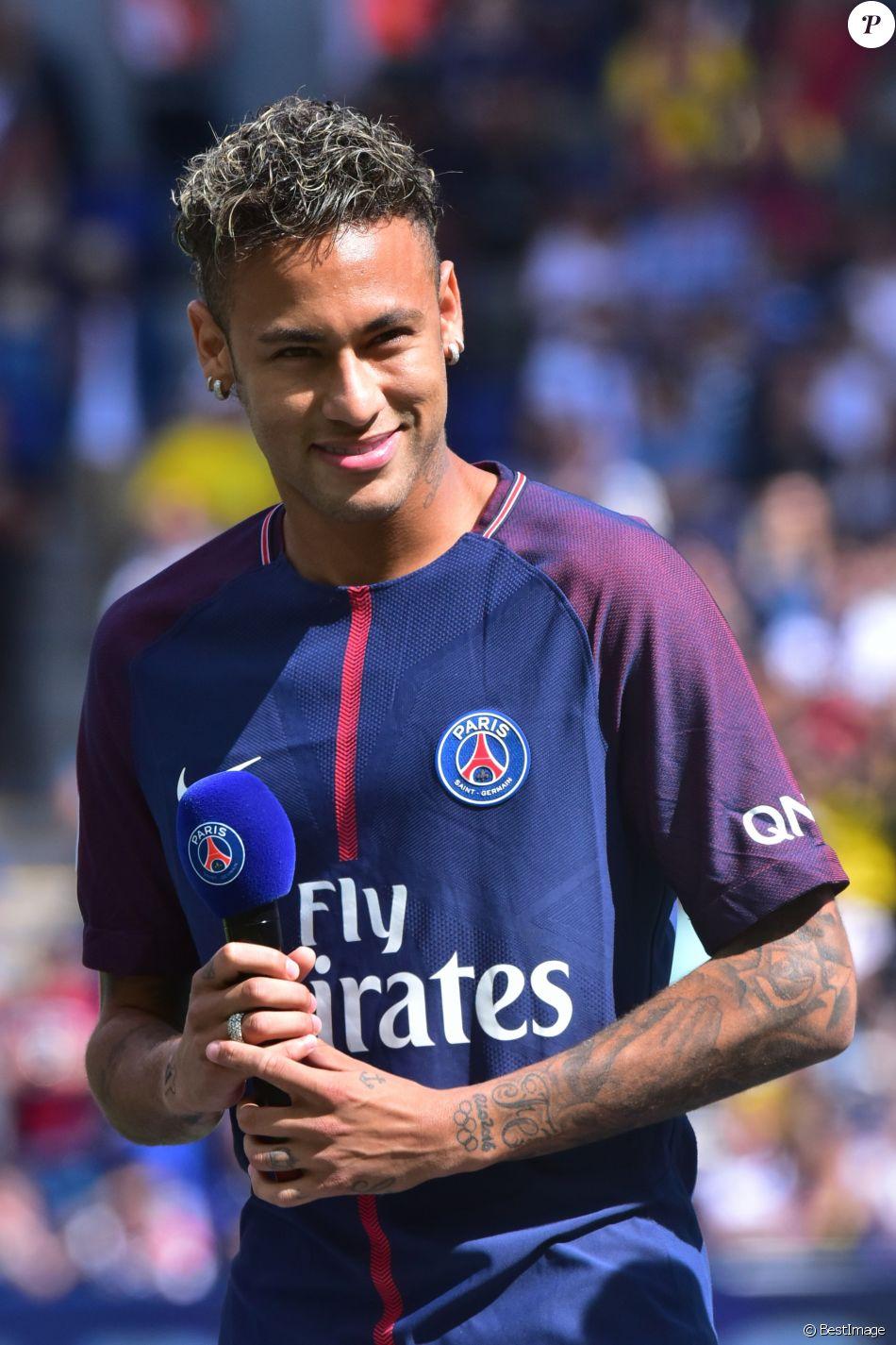 Neymar Jr lors de sa présentation au public au stade du ...