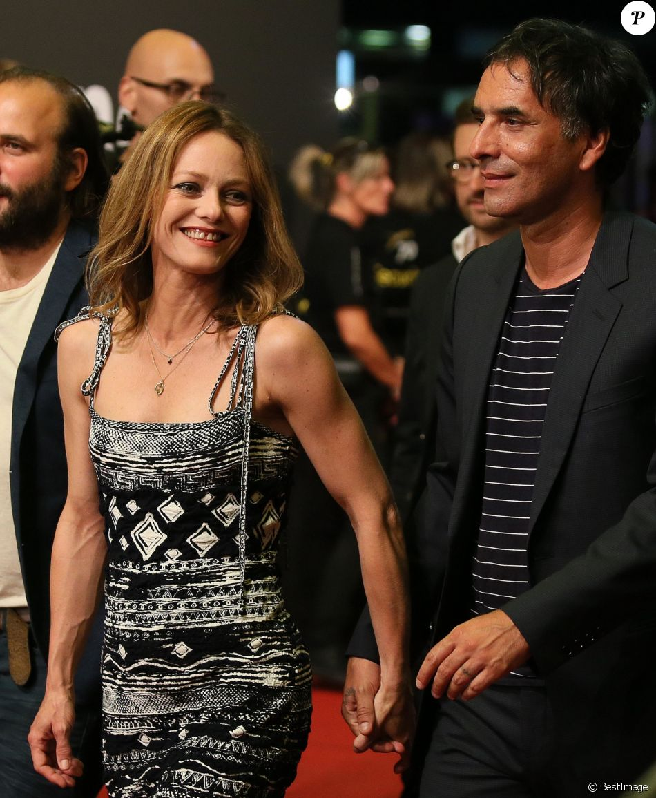 vanessa paradis et samuel benchetrit main dans la main un couple qui a du chien purepeople. Black Bedroom Furniture Sets. Home Design Ideas
