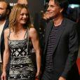 """Vanessa Paradis et son compagnon Samuel Benchetrit (costume Dior et chaussures Nike) posent ensemble lors de la première du film """"Chien"""" au 70e festival du film de """"Locarno"""" le 7 août 2017"""