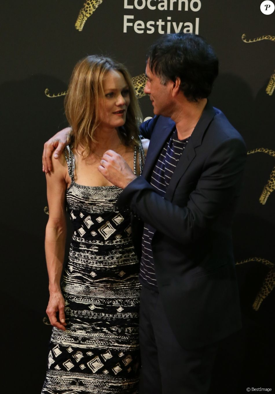 vanessa paradis et son compagnon samuel benchetrit posent ensemble lors de la premi re du film. Black Bedroom Furniture Sets. Home Design Ideas