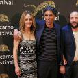 """Vanessa Paradis et son compagnon Samuel Benchetrit (costume Dior et chaussures Nike) et Vincent Macaigne lors de la première du film """"Chien"""" au 70e festival du film de """"Locarno"""" le 7 août 2017"""