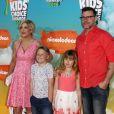 """Tori Spelling, Dean McDermott et leurs enfants Stella Doreen et Liam Aaron à la soirée """"Kids' Choice Awards"""" au Forum à Inglewood. Le 12 mars 2016"""