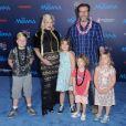Tori Spelling enceinte avec son mari Dean McDermott et ses enfants Stella Doreen, Hattie Margaret, Liam Aaron et Finn Davey McDermott à la première de ''Moana'' à Hollywood, le 14 novembre 2016