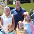 Tori Spelling avec son mari Dean McDermott et ses enfants Stella, Liam, Finn et Hattie à la première de 'Emoji' au théâtre Regency Village à Westwood, le 23 juillet 2017