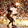 Jennifer Lopez félicite les Twins, premiers champions de son émission World of Dance sacrés le 8 août 2017 sur NBC.