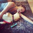 Jessica Michibata, ex-femme de Jenson Button, enceinte de son premier enfant, lors d'un moment de tendresse avec Mochi Mochi, son shiba inu. Photo Instagram août 2017.