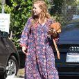 Amy Adams arrive à un studio de Burbank dans une robe longue à Fleurs le 11 août 2017.