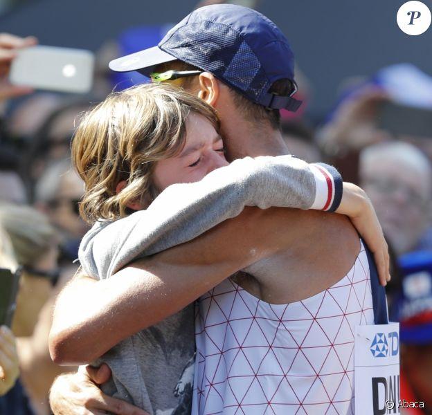 Yohann Diniz célèbre sa victoire avec son fils Antoine après avoir remporté l'épruve du 50 km marche aux championnats du monde de Londres le 13 août 2017.