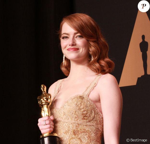 """Emma Stone a reçu l'Oscar de la meilleure actrice pour le film """"La La Land"""" lors de la 89e cérémonie des Oscars au Hollywood & Highland Center à Hollywood, le 27 février 2017. © Theresa Bouche/Zuma Press/Bestimage"""