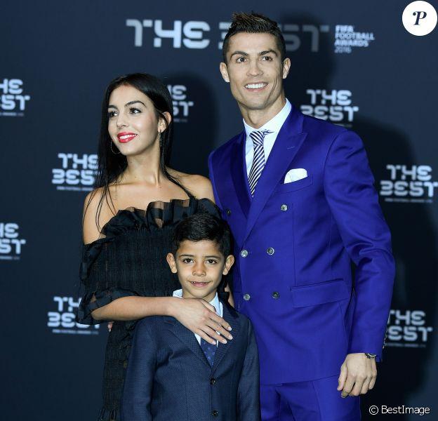 Cristiano Ronaldo, son fils Cristiano Jr et sa compagne Georgina Rodriguez au photocall des FIFA Football Awards à Zurich le 9 janvier 2017.