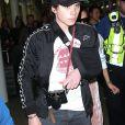 Victoria Beckham et son fils Brooklyn sont escortés par la police quand ils arrivent à la gare St Pancras à Londres, le 11 mars 2017, en provenance de Paris.