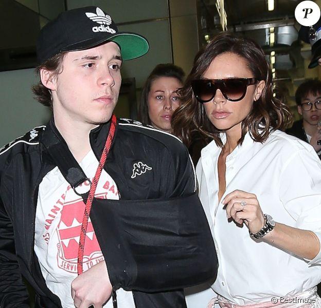 Victoria Beckham et son fils Brooklyn sont escortés par la police quand ils arrivent à la gare St Pancras à Londres, Royaume Uni, le 11 mars 2017, en provenance de Paris.