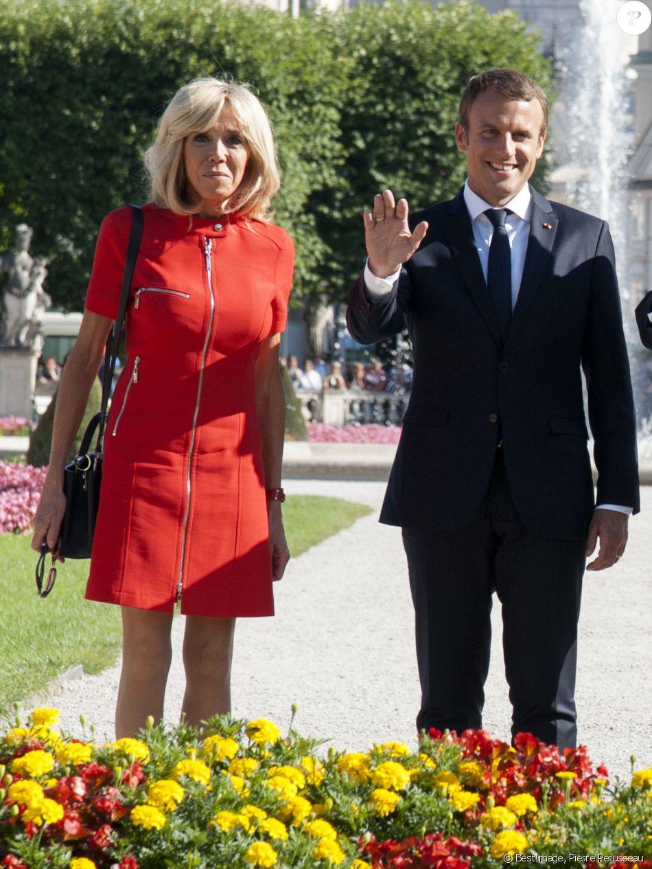 Brigitte Macron (Trogneux) (Robe Nicolas Ghesquière pour Louis Vuitton) et le président Emmanuel Macron lors de la séance photo dans le parc Mirabell à Salzbourg le 23 août 2017. © Pierre Perusseau / Bestimage
