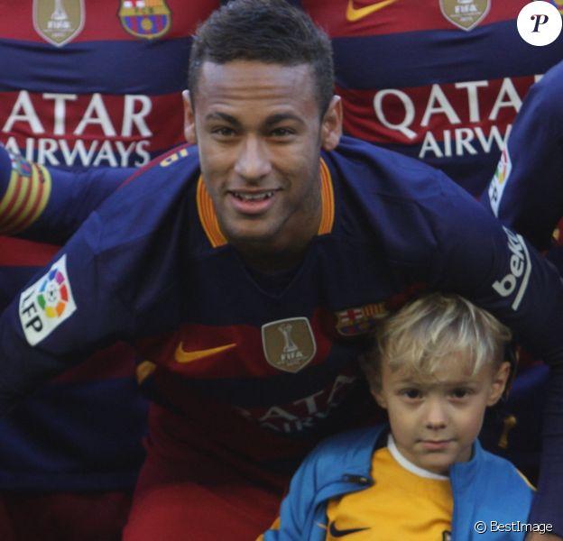 Neymar pose avec son fils Lucca da Silva avant la rencontre contre Grenade au Camp Nou à Barcelone le 9 janvier 2016.