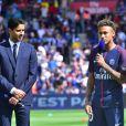 Neymar Jr et le président du PSG Nasser Al-Khelaifi lors de sa présentation au public au stade du parc des princes à Paris, le 5 août 2017. © Giancarlo Gorassini/Bestimage