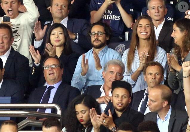 François Hollande, Thomas Hollande et sa compagne Émiile Broussouloux , Stephen Curry et sa femme Ayesha - Match entre le PSG et Saint-Etienne, au Parc des Princes, à Paris, le 25 Août 2017.