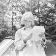 En France, à Paris, Mireille Darc dans un parc lors du tournage de l'émission DOUCE FRANCE le 15 avril 1966.