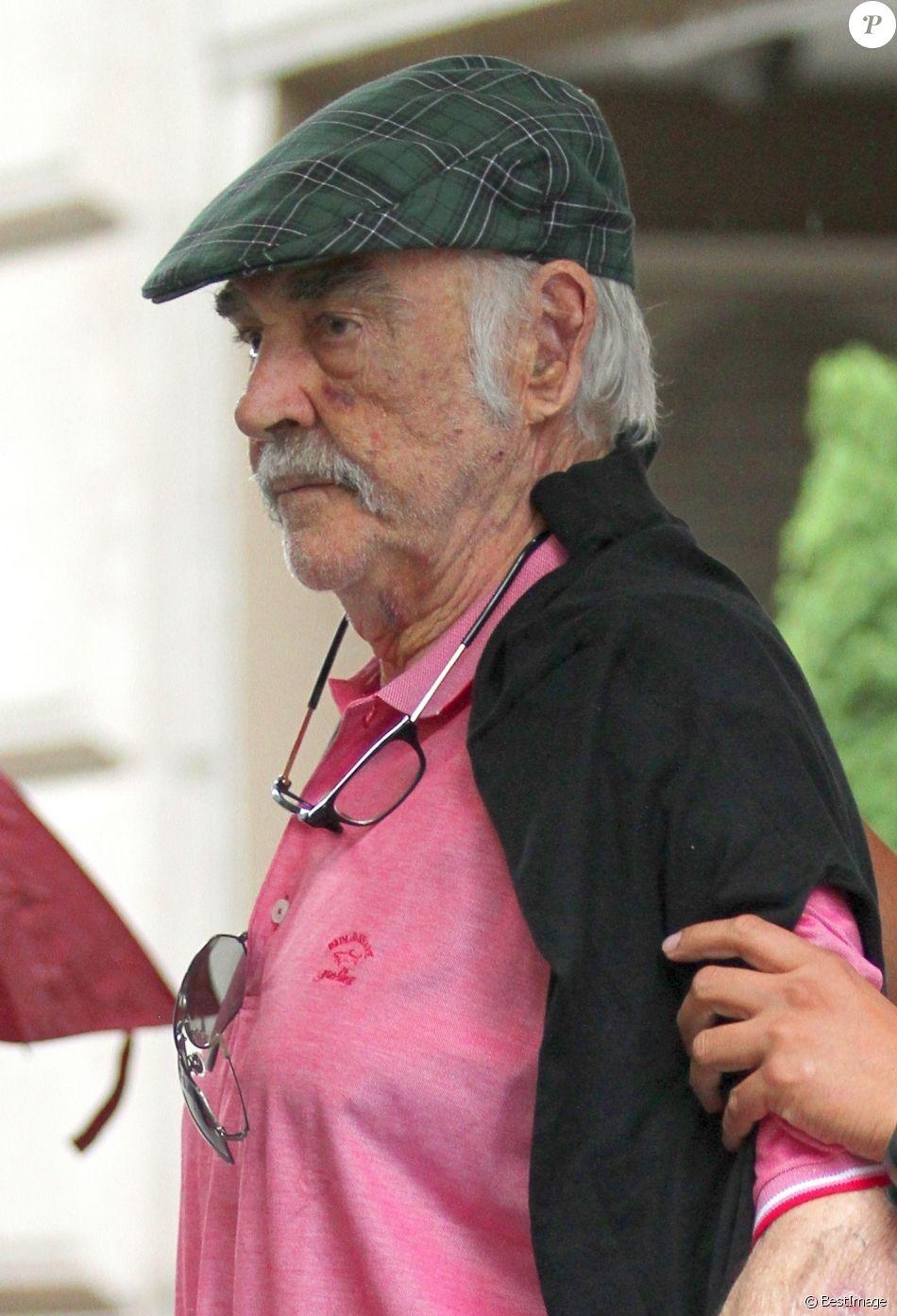 Sean Connery marche avec l'aide d'un assistant à la sortie d'un spa où il a passé 2 heures dans le quartier de Manhattan à New York, le 29 août 2017