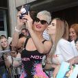 Katy Perry quitte les studios de la radio KIss et fait des selfies avec ses fans à Londres le 23 juin 2017.