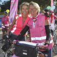 Sylvie Tellier et sa maman Annick posent lors de la randonnée cycliste organisée dans le cadre de l'opération Toutes à Paris, le dimanche 16 septembre 2012.