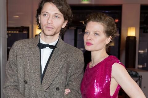 Mélanie Thierry embrasse Raphael qui l'a mise au défi, encouragée par leur fils