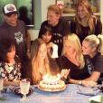 Emma Smet a fêté son 20e anniversaire avec ses parents Estelle Lefébure et David Hallyday, son petit frère Cameron Hallyday, son grand-père Johnny Hallyday, Laeticia Hallyday, ses cousines Jade et Joy Hallyday. Vidéo postée sur Instagram le 17 septembre 2017.