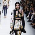 Kendall Jenner défile lors de la présentation de la collection printemps-été 2018 de Versace lors de la fashion week de Milan le 22 septembre 2017