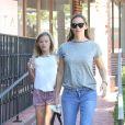 Jennifer Garner se promène avec sa fille Violet dans les rues de Brentwood, le 24 septembre 2017