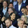 Kourtney Kardashian et son compagnon Younes Bendjima assistent au match de foot PSG / Bayern au Parc des Princes à Paris le 27 septembre 2017.