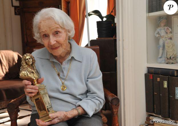 Exclusif - La comedienne Gisèle Casadesus recoit Daniel Vaillant, maire du XVIIIe arrondissement de Paris dans son appartement parisien le jour de ses 99 ans le 13 avril 2013