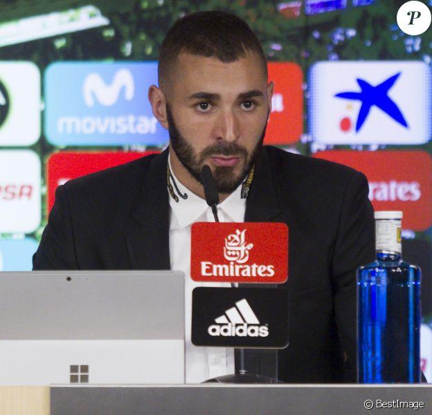 Karim Benzema annonce, lors d'une conférence de presse au stade Santiago Bernabeu, la prolongation de son contrat au club Real Madrid. Le 21 septembre 2017.