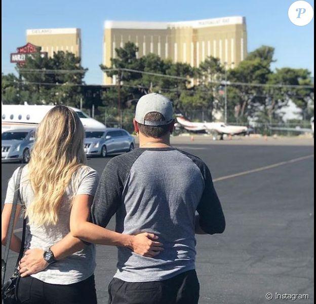 Jason Aldean et sa femme Brittany devant le Mandalay Bay de Las Vegas. Octobre 2017
