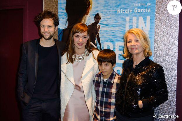 """Louise Bourgoin et Mathias Brézot entre Nicole Garcia et son fils Pierre Rochefort lors de l'avant-première du film """"Un Beau Dimanche"""" à Paris, le 3 février 2014"""