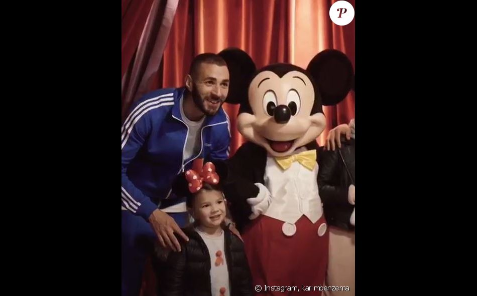 Karim Benzema à Disneyland Paris avec sa fille Mélia. Instagram, octobre 2017.