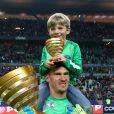 Nicolas Douchez et son fils - Finale de football de la Coupe de la Ligue au Stade de France à Paris. Le 19 avril 2014.
