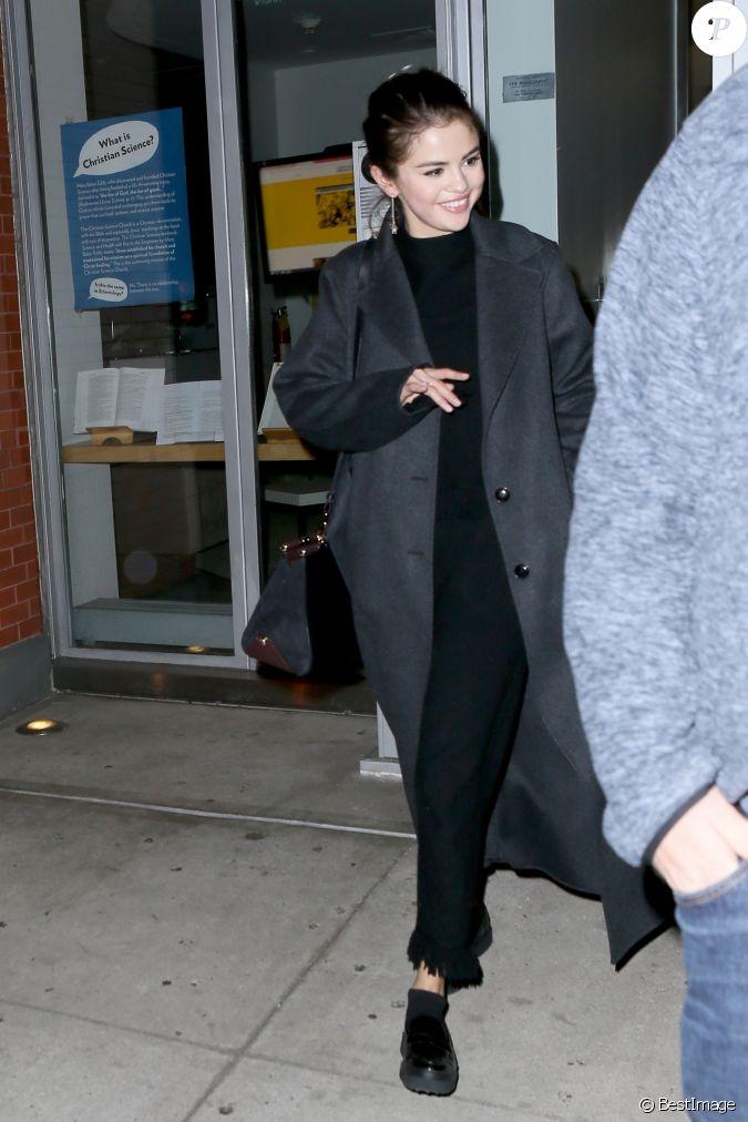 Selena gomez pose avec des fans new york apr s un d ner for Diner avec des amis